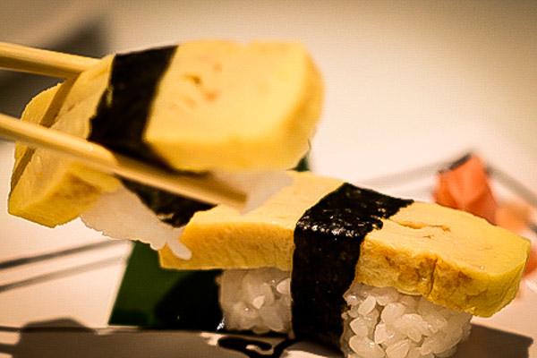 Den klassiska japanska omeletten  tamago-yaki  som sushi i Bangkok.  Foto: Dennis Thern