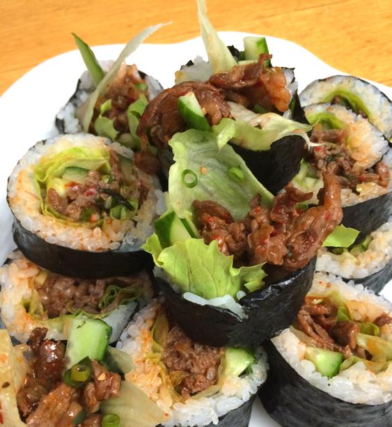 Maki - rullar med ris och nori - är ett öppet koncept där man kan blanda i nästan vad som helst så länge det harmonierar med just ris och nori. Här stekt nötkött med korenska smaker.