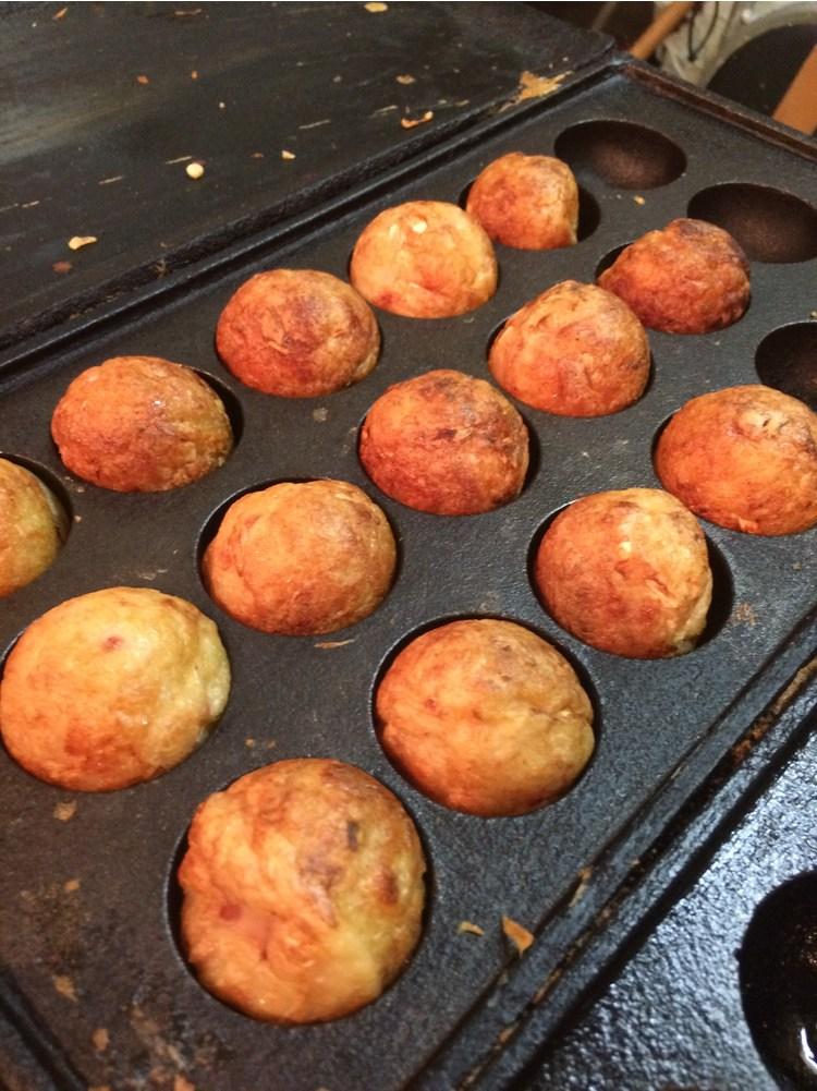Stekta bläckfiskbullar - takoyaki - är vanlig snabbmat på sommaren i Japan.