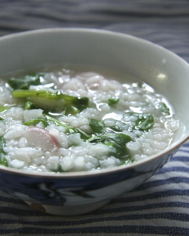 O-kayu är den enklaste formen av japansk risgrynsgröt. Här med sju sorters grönsaker till, så kallad nanakusa-gayu. Foto: Rieko Mise