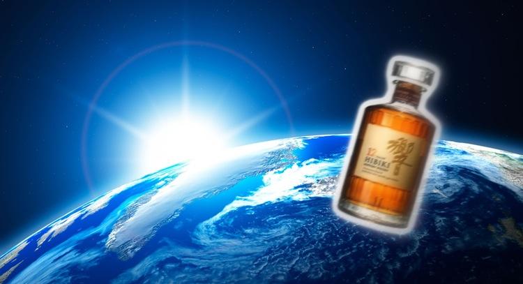 Den rymdlagrade whiskey från Suntory som nu snurrar runt jorden på rymstationen lär tyvärr aldrig saluföras till allmänheten. Foto: Montage/NASA och Suntory