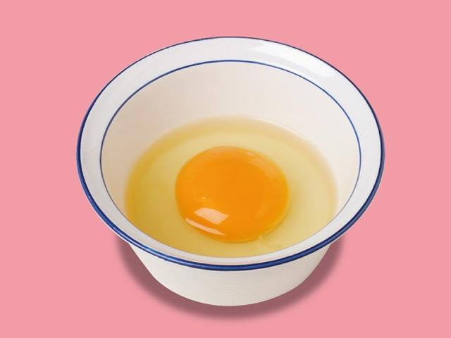Ett rått ägg smakar gott på en gyudon, uppvispat med lite soja och rödpeppar i. Foto: Matsuya