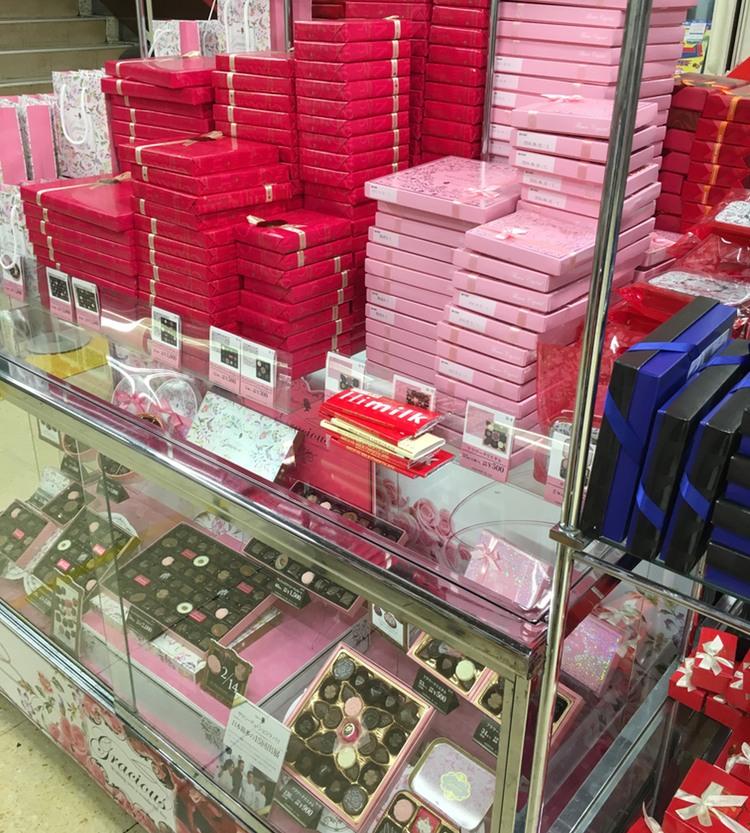 I dagarna ser det ut så här överallt där man säljer choklad i Japan..
