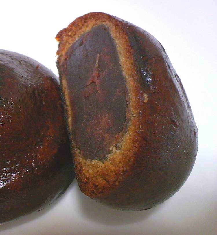 Ångkokta bullar med en smet på azuki-bönor och socker -  manju .  Foto: Public Domain