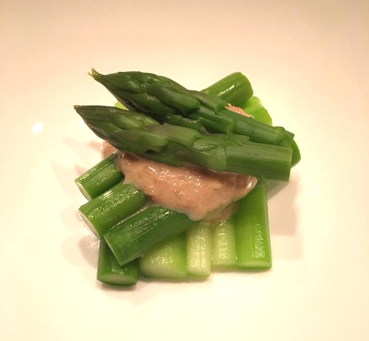 Sparris - såsen är en blandning med sesampasta och miso.