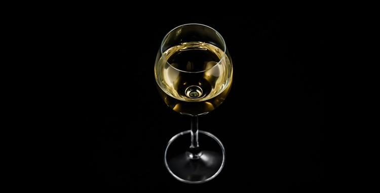 Ett gott glas vin i Japan har aldrig varit billigare eller lättare att hitta än nu.