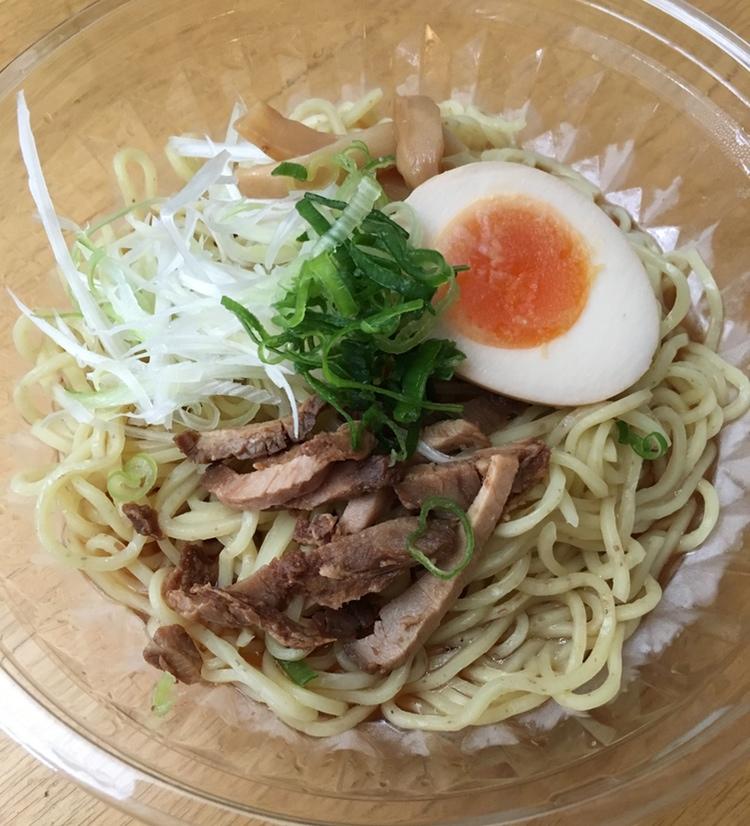 Klart att äta - här direkt ur originalförpackningen. Ätpinnar brukar ingå när man handlar snabbmat på närbutiken eller snabbköpet i Japan.