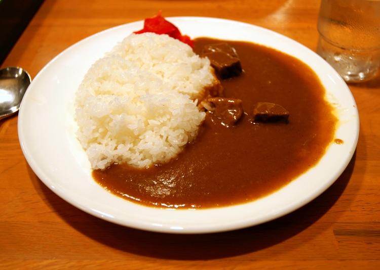 Typisk japansk curry på ett billigt hak: vitt ris, relativt kryddig currysås, lite nötkött och inlagd ingefära. Ca 30-40 kronor. Billigt sätt att både bli mätt och behålla håret?  Foto: Hyougushi (Creative Commons License)