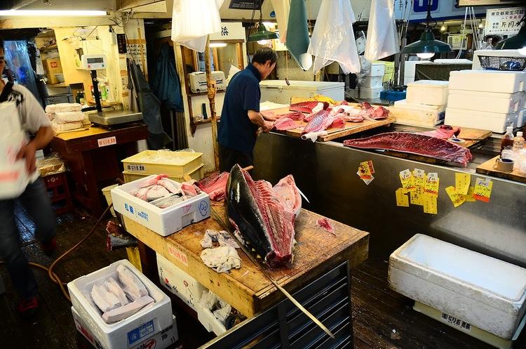 Det är ett rejält grovarbete att stycka gigantiska tonfiskar ute på fiskmarknaden i Tsukiji.  Foto: Dariusz Jemielniak (Creative Commons license)