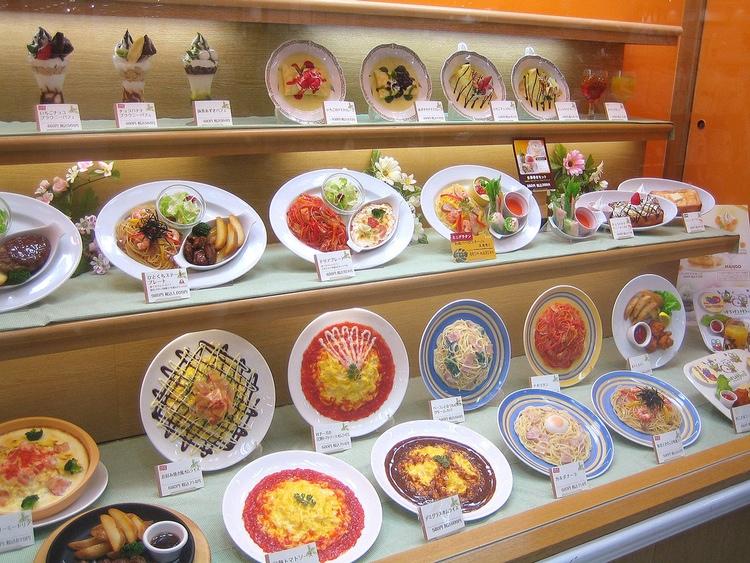 Realistisk plastmat i skyltfönstret är till stor hjälp för kroggästen som inte behärskar japanska. Foto: Lombroso - Wikimedia Commons