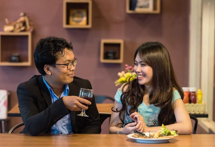 Den vanligaste platsen för en dejt i Japan är krogen. Då gäller det att det ska vara gott och trevligt. I den stenhårda konkurrensen mellan hundratusentals krogar finns det inte mycket utrymme för dålig service. Foto: Public Domain