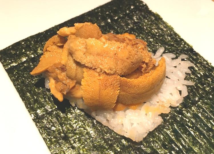 Sjöborre med ris i ett nori-blad.