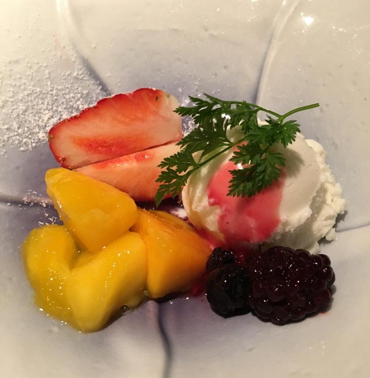 Enkel men mycket god dessert med vaniljglass, frukt och bär.