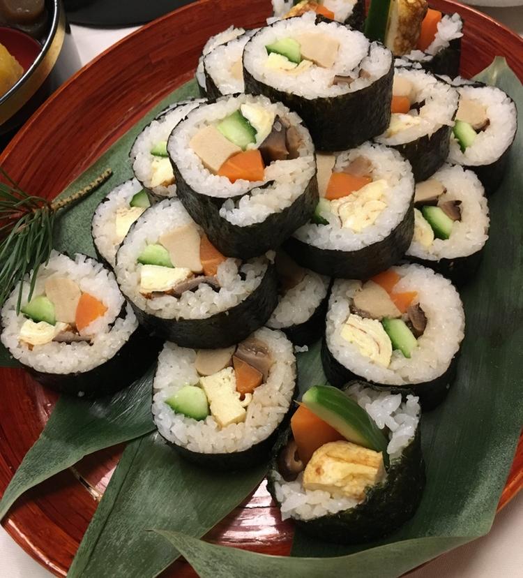 För att ge lite större mättnadskänsla så är det ganska vanligt att man gör sådana här sk futomaki, dvs tjocka nori-inlindade rullar med japansk omelett och råa eller inkokta grönsaker.