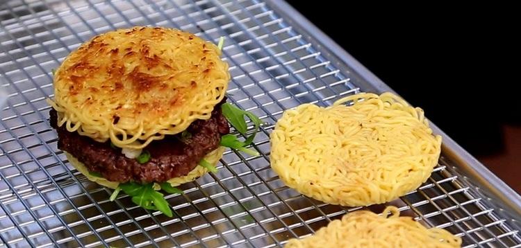 Byt ut brödet mot ihopstekta ramennudlar och vi har vips en ramenburgare!  Foto: Skärmfoto från YouTube