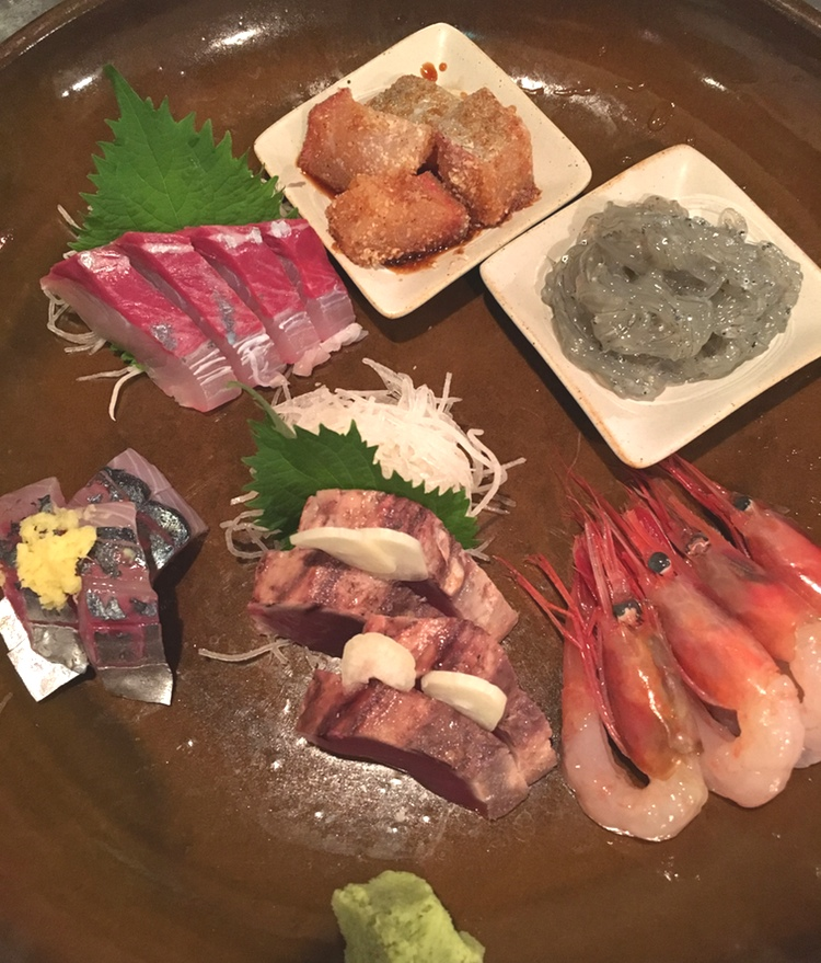 En trevlig tallrik sashimi går alltid ned utan problem.