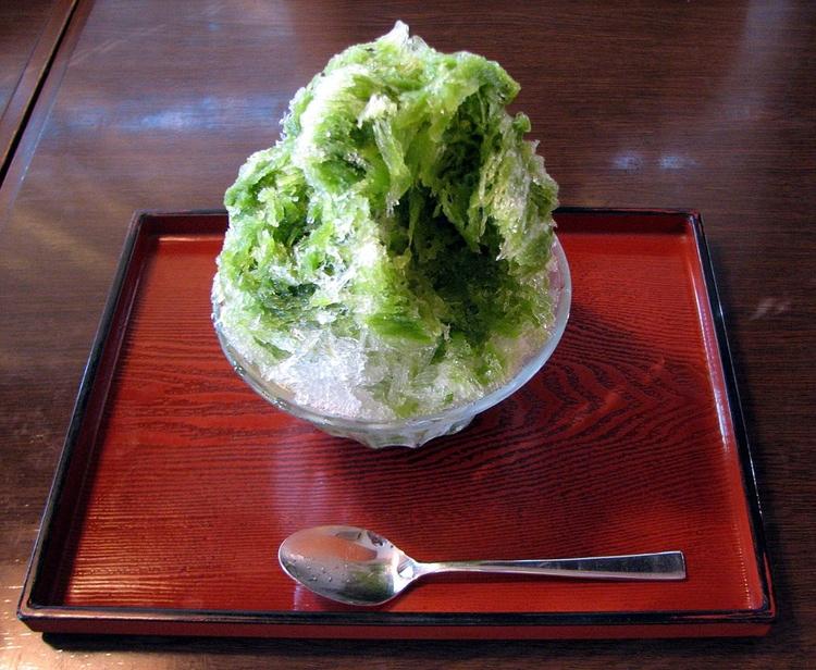 Kakigori - mald is med olika saftsmaker, här med sött grönt te.  Foto: Chris 73, Creative Commons 3.0