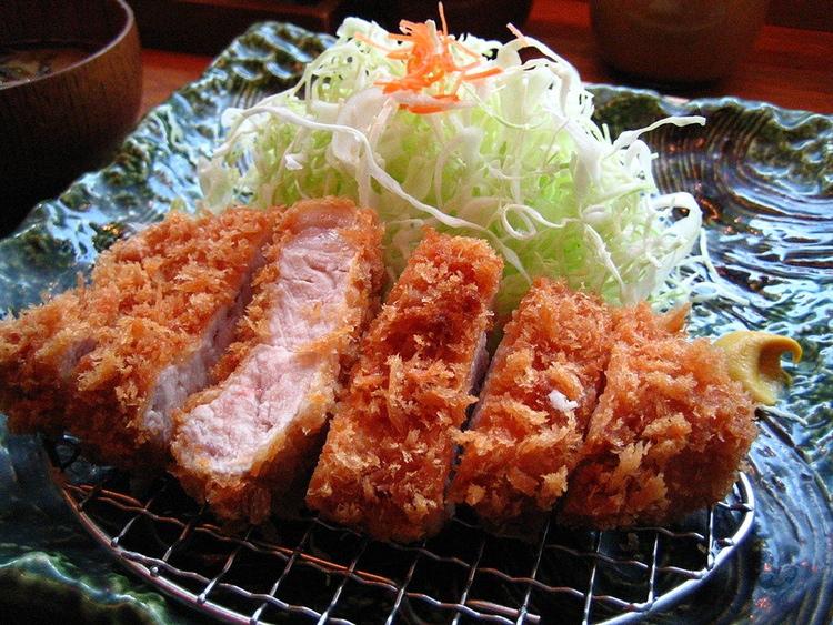 Tonkatsu serveras oftast så här, med strimlad vitkål, misosoppa och ris. Speciell tonkatsu-sås och den starka japanska senapen hör ocksåtill (har man inte tonkatsu-sås så kan det funka med HP-sås med lite ketchup i).  Foto: ayustety, Creative Commons.