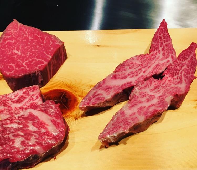 Ovan till vänster har vi en superb filé, därunder ryggbiff av näst högsta klass och så två bitar ryggbiff klassade som A5-12. Allt är Kobe-kött.