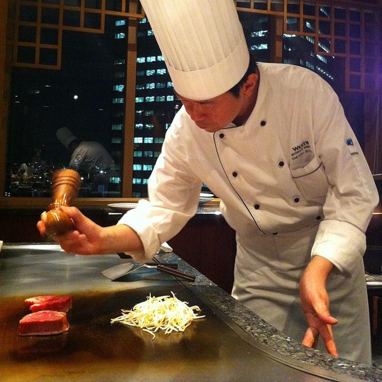 """Teppanyaki är metoden, nämligen att steka något på en stålplåtshäll. Stålplåt är """"teppan"""" på japanska.  Foto: veroyama (Creative Commons License)"""