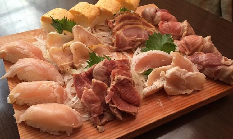 En riktig festmåltid med rå kyckling, både som sushi och sashimi.. (det är OK att vägra)  Foto: Ansvarig kock
