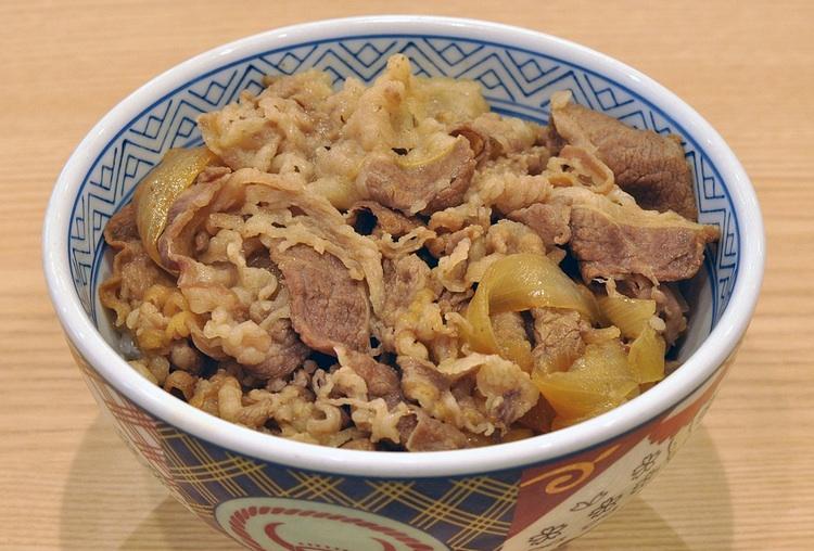 Japanska krogkedjor expanderar nu kraftigt utanför Japan. Vi kanske kan få se  gyudon  - dvs sukiyaki-kokt nötkött och lök på risbädd även inom Sveriges gränser så småningom?  Foto: Public Domain