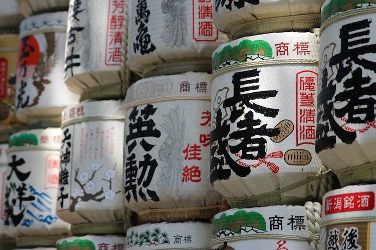 Sake-tunnor på rad.  Foto: Public Domain