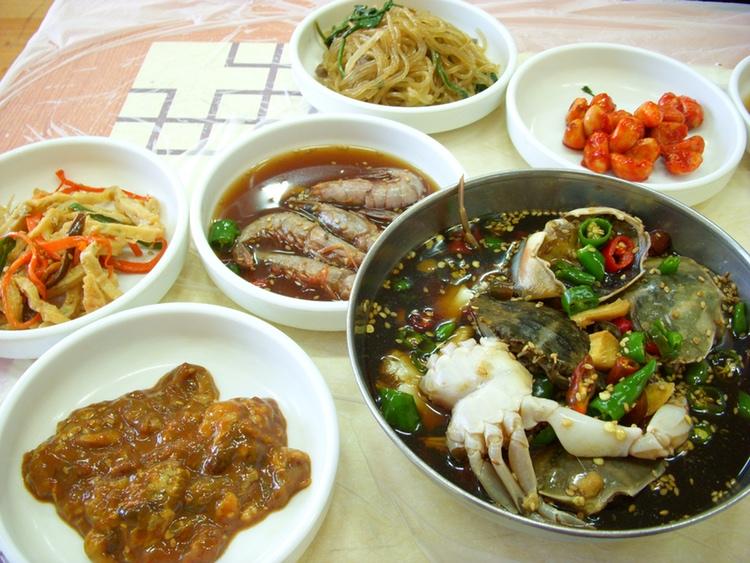 I Japan kan man få intrycket att koreansk mat framför allt handlar om grillat kött; detta är mycket långt ifrån sanningen, då det koreanska köket är mycket varierat och framför allt sprängfyllt av grönsaker.  Foto: YLW, Creative Commons License