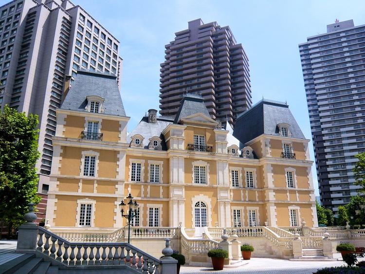 I denna kopia av ett gammalt franskt slott i stadsdelen Ebisu i Tokyo ligger fyra av Robuchons nio krogar i staden.  Foto: StéfanLD, Creative Commons
