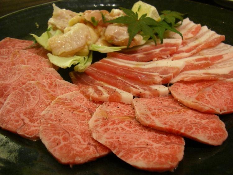 Här en japansk yakiniku-krog där man som synes inte enbart serverar nötkött.  Foto: Hajime Nakano - Creative Commons license