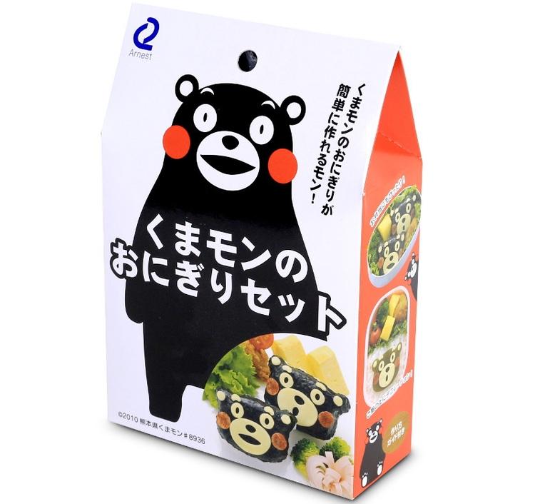 """Kumamon, staden Kumamotos maskot, finns idag på hundratals olika produkter; här ett set med sjögräs för att göra risbullar (onigiri) med Kumamons ansikte. Dessa lunchlådor med risbullar och annat kallas Kyara-ben, """"character bento"""": många konstnärligt sinnade mödrar jobbar hårt för att göra ungarnas matlåda gullig."""