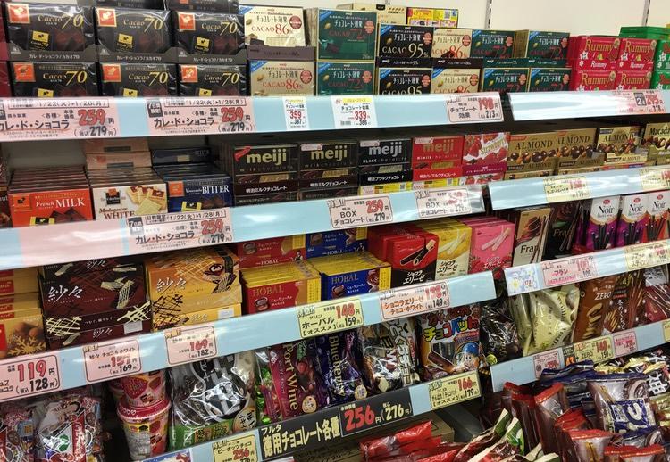 Choklad är stort i Japan, mycket stort, inte minst nu en knapp månad innan Valentine's Day, dagen då alla japanskor måste köpa choklad till kollegor, bekanta och älskade.