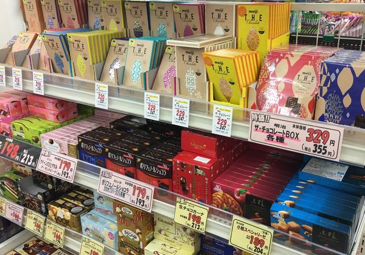 Ytterligare en hylla med allehanda chokladprodukter.