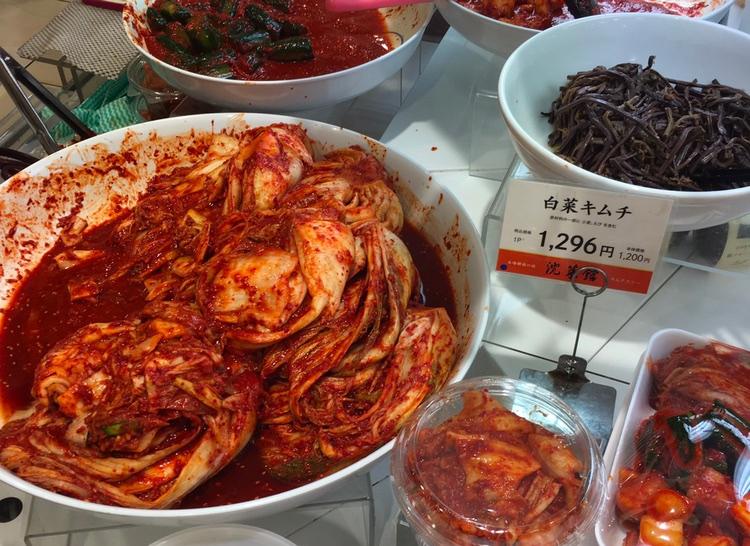 Avdelningen för koreanska inlagda grönsaker: kimchi, namuru, etc.. Mycket poppis även i Japan, inte minst för de goda bakterierna som gör våra tarmar glada.