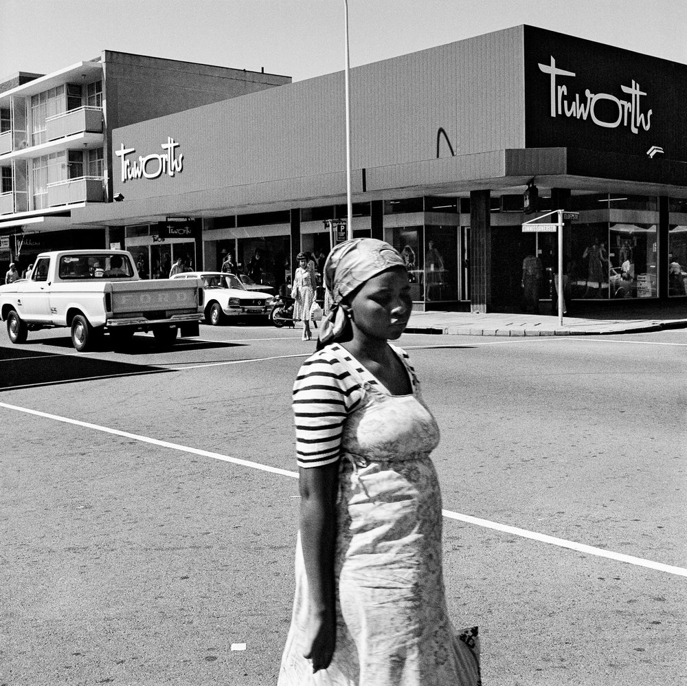 On the corner of Commissioner and Eloff Streets. Boksburg , 1979. Gelatin silver print, 40 x 30 cm. Courtesy David Goldblatt and Goodman Gallery Johannesburg and Cape Town. © David Goldblatt