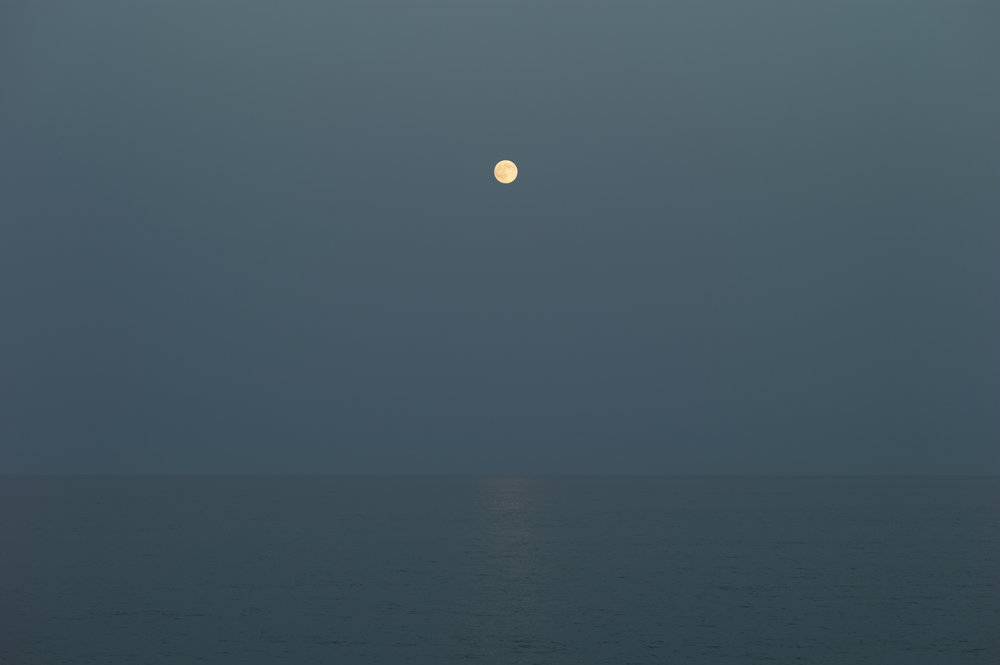 Andenæs stiller også ut dette bildet på Fotogalleriet, månen, havet, og jeg, 2018