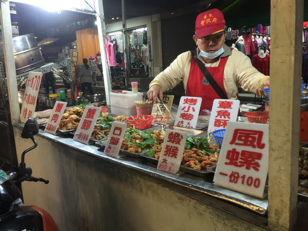Night market vendor: various crustateous