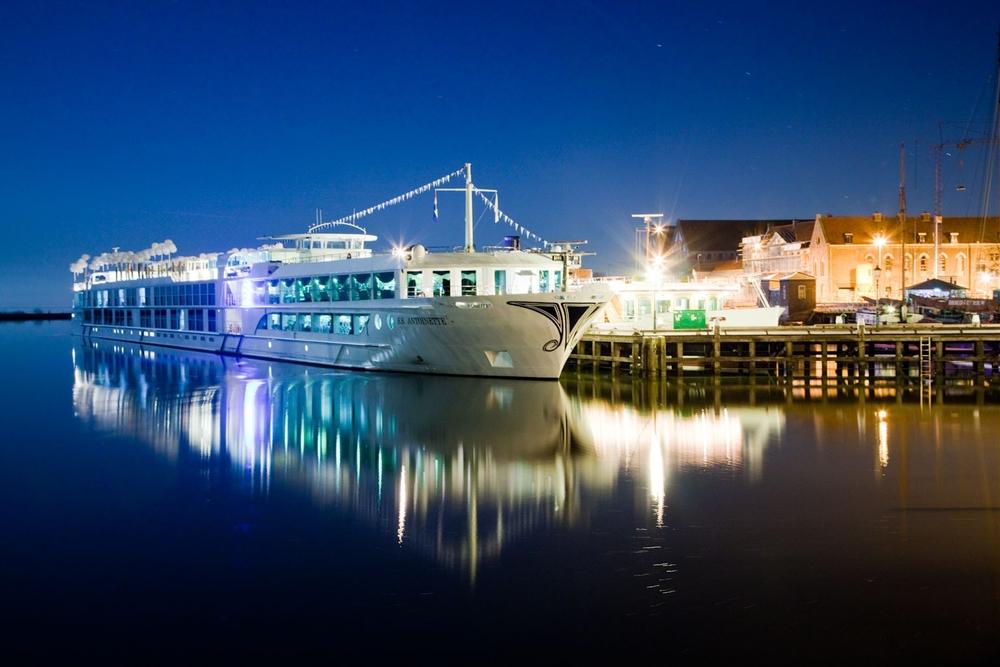 Uniworld SS Antoinette at Amsterdam.jpg
