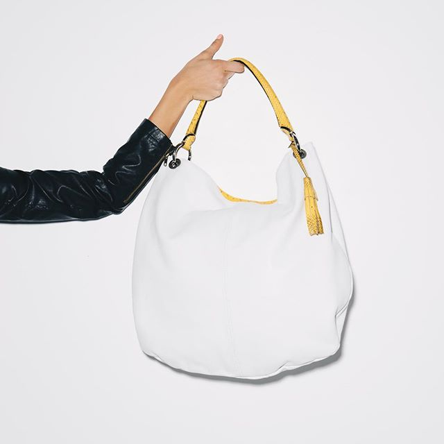 White leather Sacca bag with yellow snake skin handle- keeping you classy with a touch of danger 🐍