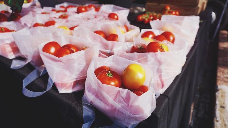Farmers market tomatoes | www.paperplatesblog.com