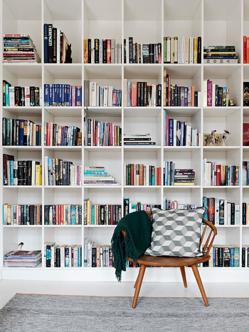 I love the way the staggered books break the symmetry of the shelves.