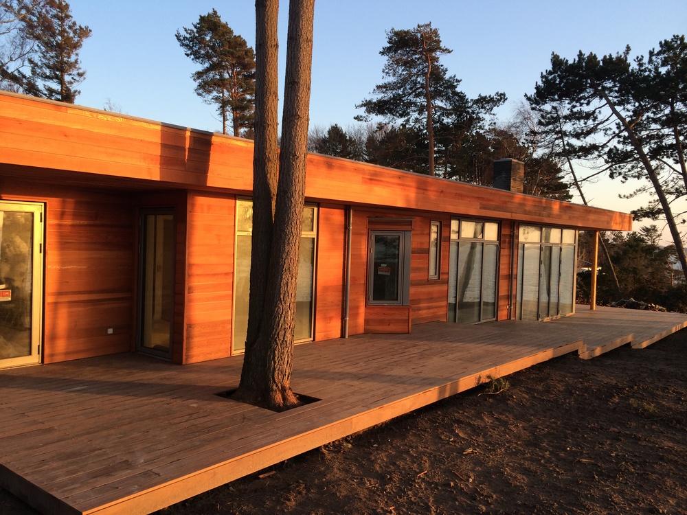 Projekter: Sommerhus Nordsjælland, BYG & DESIGN snedker og tømrer, totalentreprise, renovering, ombygning og tilbygning, træterrasse og indbygningsskab, snedkerkøkken og bad, tag, vinduer og døre