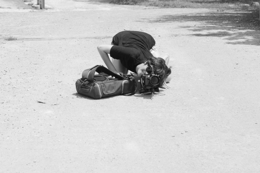 좋은 사진을 얻기 위하여, 가끔 바닥에 납작 엎드릴 때가 있다.