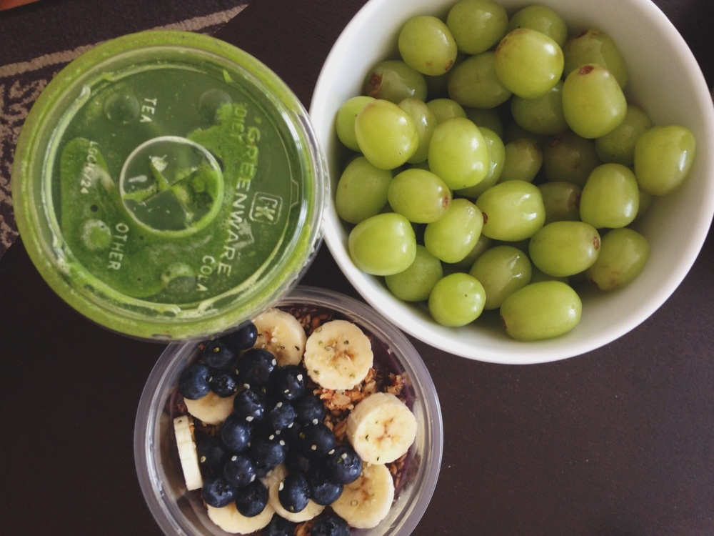Last weekend's brunch: green juice, a bowl of grapes and my first acai bowl