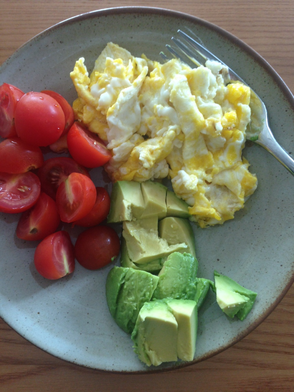 A simple breakfast: Scrambled eggs, avocados & cherry tomatoes