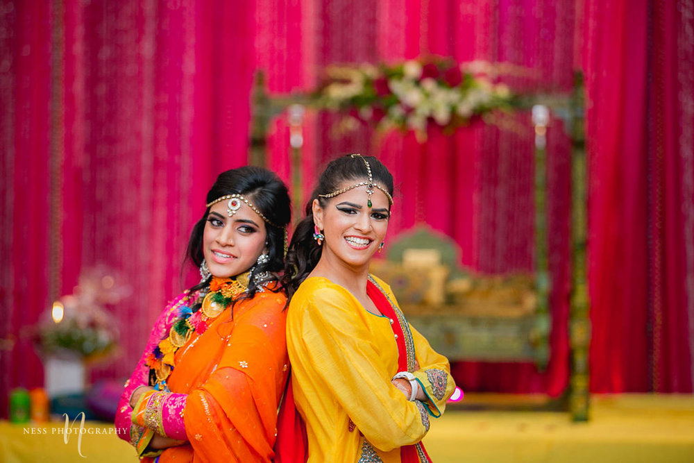 bridesmaids dancing back to back during mehendi
