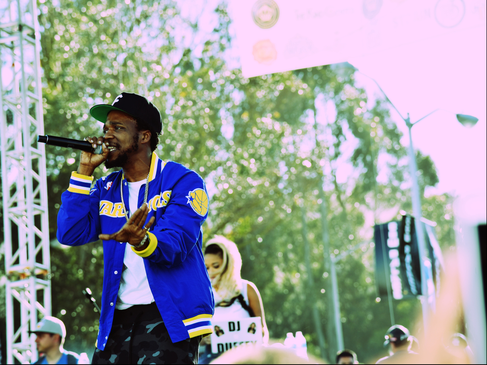 One day after the Golden State Warriors epic NBA championship parade, Curren$y took the stage at the Cannabis Cup to give an epic performance of his own. Curren$y, a notorious cannabis enthusiast and lyrical wordsmith was showered with not only applause, but also doobies, blunts, and pre rolls that he sparked up enthusiastically while performing.