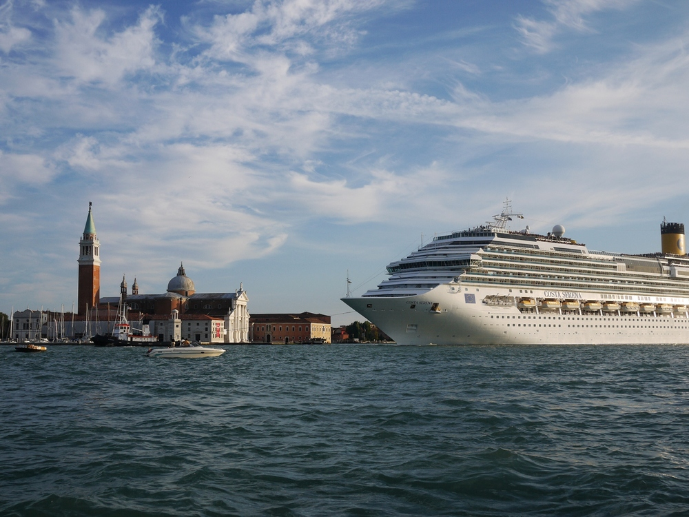Cruise_Ship_Costa_Serena_sailing_in_front_of_San_Giorgio_Maggiore_Venice_-_September_2010.jpg
