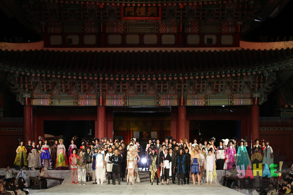 The Korea Heritage Fashion Show in Kyeongbok Palace, October 2, 2011, covered for  Yahae Magazine.