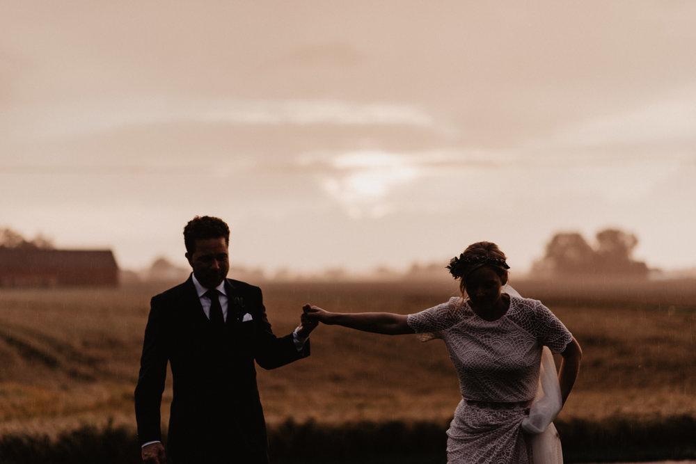 bohemiskt-bröllop-på-nygård-event-i-åstorp-bröllopsfotograf-skåne-202-golden-hour-bröllopsporträtt.jpg